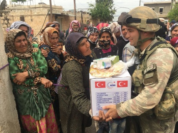 Turkish agencies continue to hand out humanitarian aid to Syria